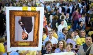 Un grupo de manifestantes muestra un retrato del president de la Generalitat, Francisco Camps durante la manifestación que ha recorrido las calles de Valencia con motivo de la huelga en el sector de la enseñanza de la Comunitat Valenciana, convocada por la Plataforma per l´Ensenyament Públic.  EFE/ Kai Försterling.
