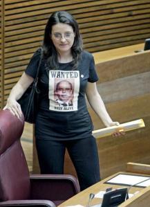 La portavoz del grupo Compromis en Les Corts Valencianes, Mónica Oltra, a su llegada esta mañana al pleno con la camiseta. EFe/Manuel Bruque
