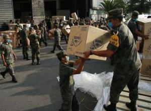 Soldados mexicanos descargan un avión de Corea del Sur con productos sanitarios.- EFE