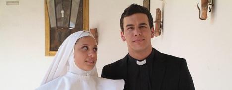 Michelle Jenner y Mario Casas en una escena la serie 'Los hombres de Paco'. Antena 3.