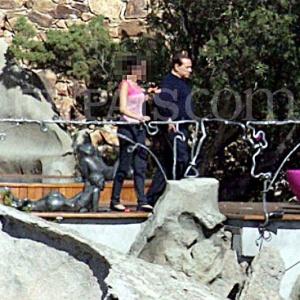 Paseo por el jardín  El primer ministro italiano pasea por su jardín acompañado.  ECOPRENSA-COLOMBIA -