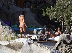 Dos mujeres toman el sol en Villa Certosa, propiedad de Berlusconi- ECOPRENSA-COLOMBIA