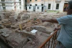 La arqueóloga encargada de la excavación, Concha Camps, señala el tramo de la Vía Augusta encontrado junto al edificio de Les Corts. Foto: JACOBO PAYÁ