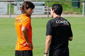 Angulo y Emery hablan durante un entrenamiento FOTO: VICENTE RODRÍGUEZ. Marca