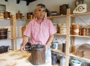 Pedro Martín posa con varias de las heladeras de su colección.  LUIS ALBERTO GARCÍA