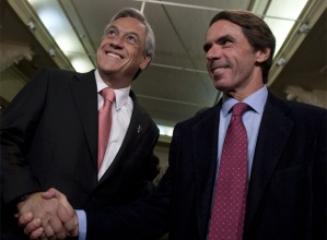 Aznar en Chile  Sebastián Piñera estrecha la mano del ex presidente español durante un acto este miércoles en Santiago.  EFE