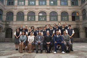 Los profesores y los alumnos de 'Curso del 63', en el patio de San Severo. Foto: ANTENA 3