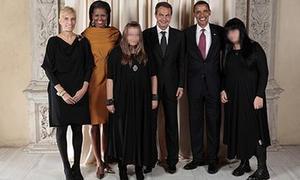 Fotografía censurada por la Moncloa del presidente del Gobierno, su esposa y sus dos hijas, Laura y Alba, posando con los Obama. / CASA BLANCA