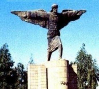 Estatua de Abbas Ibn Firnas en el aeropuerto de Bagdad.
