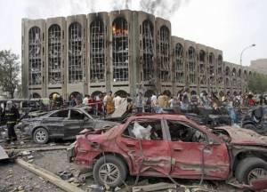 Bagdad. Dos coches bomba estallaron frente al edificio del Ministerio de Justicia, el cual quedó destrozado, así como vehículos que se encontraban en el lugar. El atentado, que dejó 132 muertos y 500 heridos, es el más sangriento ocurrido este año en la capital iraquí. Ap