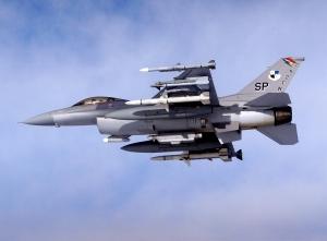 un cazabombardero  F-16 armado