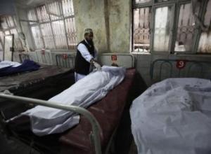 Un médico paquistaní examina el cadáver de una víctima de un ataque talibán- REUTERS