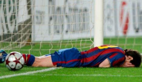 Lionel se lamenta por una chance. Puso dos buenos pelotas a Ibra y Xavi, pero la perdió 14 veces. Bastante mal...