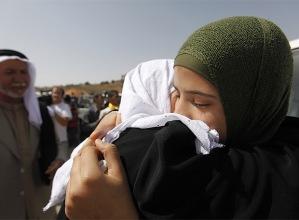 Una prisionera palestina (izquierda) abraza a una familiar en el control de Beintuya.  REUTERS - 02/10/2009