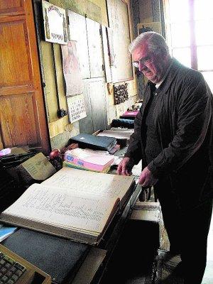 Historia con sabor. Juan Juan Micó muestra antiguos libros de contabilidad con pulcros registros en redondilla. :: V. LL.