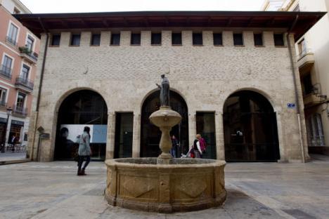 El Almudín de Valencia da nombre a la calle en la que se emplazó y se encuentra a apenas 20 metros del «horreum» romano de la plaza de la Almoina.  Fernando Bustamante.