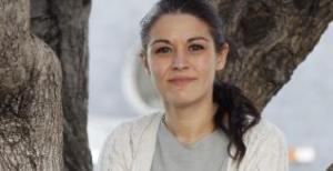 La diputada, antes de la entrevista sentada en el tronco de un olivo.  ferran montenegro