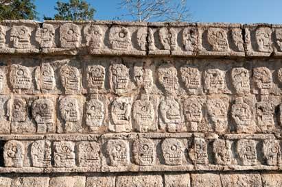 Dos detalles curiosos del sitio maya de Chichén Itzá (México), la plataforma de las calaveras y la de las águilas y jaguares. Los mayas denominaban también con nombres de sus animales míticos muchas constelacion