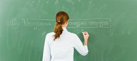 Una profesora analiza la sintaxis de una oración. (Corbis)