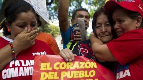 AFPSeguidoras de Hugo Chávez expresan su dolor por el estado de salud del presidente este sábado junto a la Asamblea Nacional en Caracas