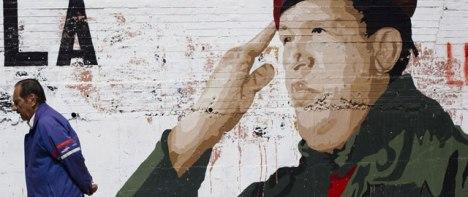 Mural con un dibujo de Hugo Chávez en las calles de Caracas (Reuters)