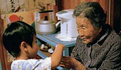 Matsu Taira, centenaria, junto a uno de sus bisnietos. / ANA NANCE
