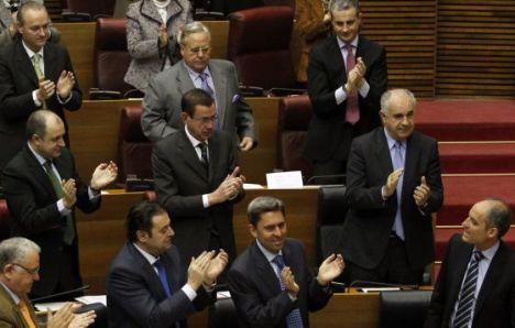 Camps aplaudido por la bancada popular en las Cortes Valencianas en 2011. El actual presidente, Alberto Fabra, arriba a la izquierda. / JORDI VICENT