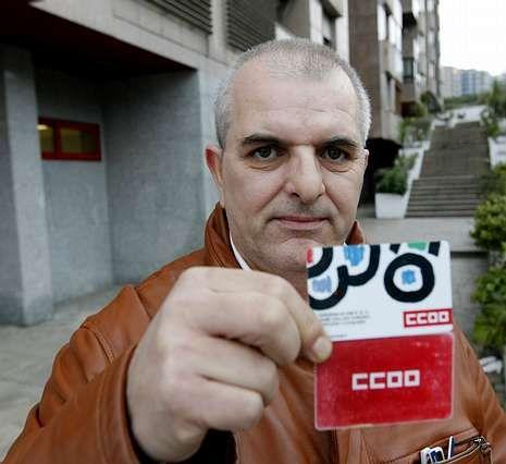 Jaime Collazo, mostrando ayer sus carnés de Comisiones. XOÁN C. GIL
