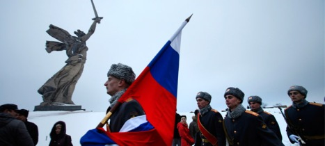 Soldados rusos desfilan en la colina de Mamáyev Kurgán el pasado sábado. (Reuters)
