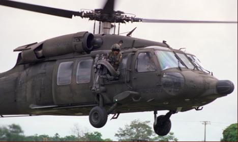 Un Helicóptero recoge tropas en una base en San José del Guaviare (Colombia). Foto: SURIMAGES.