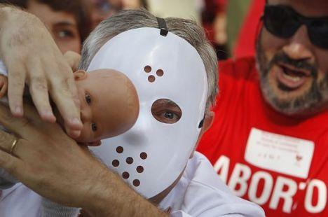Máscaras a lo Hannibal Lecter en una protesta antiabortista en Sevilla, por Alejandro Ruesga.