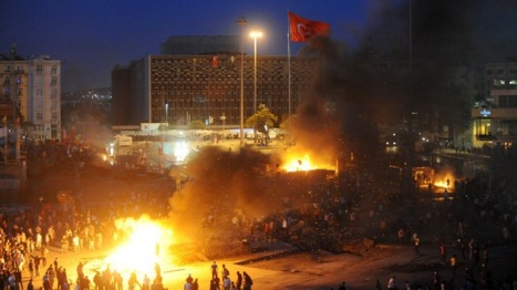 La plaza Taksim continúa siendo el foco central de las violentas protestas en Turquía, donde la policía se ha instalado para reprimir con mano dura las manifestaciones. Texto completo en: http://actualidad.rt.com/actualidad/view/97124-protestas-taksim-policia-resistencia-turquia. AFP / Bulent Kilic