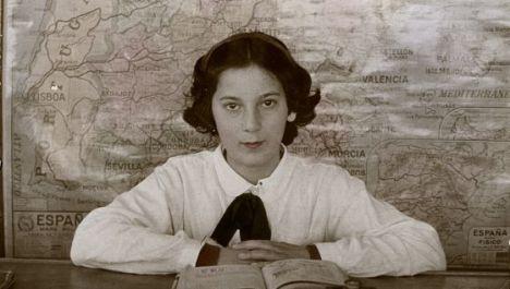 Una estudiante de Vivero (Lugo) al inicio del curso 1945-46. / PALOMA PUENTE (EFE)