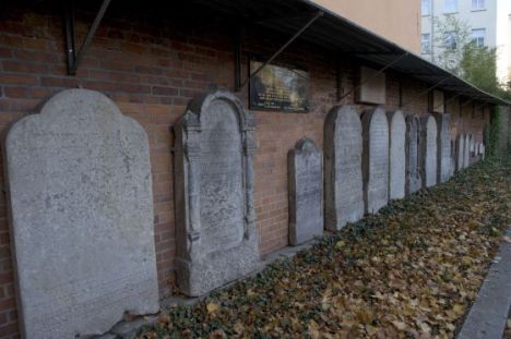 Tumbas del cementerio judío de Berlín donode ha sido encontrado el cuerpo. / JOHN MACDOUGALL (AFP)