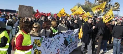 Manifestantes en los accesos del aeropuerto de Castellón, en una foto de archivo. (Efe)