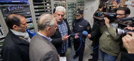 Miembros de la Policia Nacional y Autonómica conversan con un trabajador. (EFE)