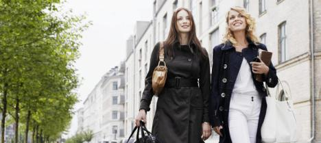 Dos mujeres pasean por Copenhage. (Corbis)