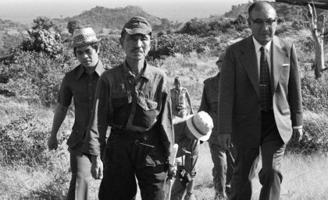 Hiroo Onoda, izquierda, con su uniforme del Ejército Imperial, el 10 de marzo de 1974, tras su rendición, en la isla filipina de Lubang. / JIJI PRESS (AFP)