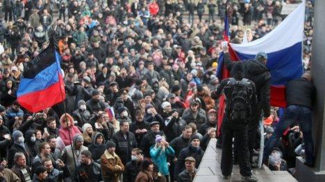 Una multitud defiende las posturas pro rusas en Crimea