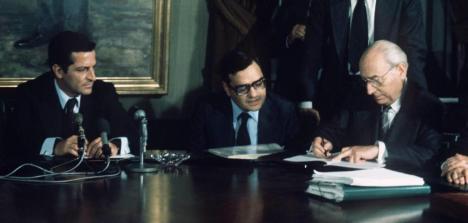 Enrique Tierno Galván (d) firma los 'Pactos de la Moncloa' Leer más:  Suárez, la muerte de un gigante - Blogs de Mientras Tanto  http://bit.ly/1gpZnKl