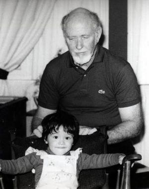 El piloto Harold Whitaker, con un nieto, poco antes de desaparecer.