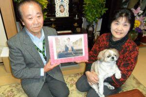 Kenichi Ichikawa junto a su esposa Ryuko y la foto de su hermano capturado por Corea del Norte en 1978. / G.Higueras