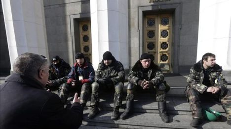 Varios manifestantes vigilan en la puerta de Parlamento de Kiev, Ucrania, el 26 de febrero del 2014. / Efe