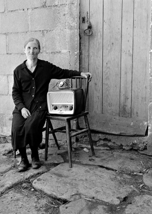 Dorotea posa con su radio en Soutelo de Montes (Pontevedra), en 1960. / VIRXILIO VIEITEZ