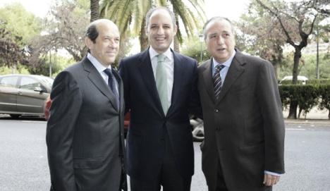 El expresidente de la Genralitat Valenciana, Francisco Camps, entre el entonces presidente del Valencia, Manuel Llorente y el del Villareal, Fernando Roig.
