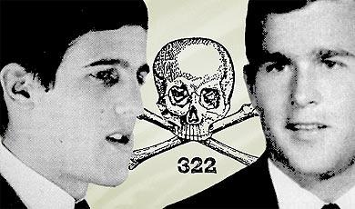 Izquierda: El senador estadounidense John Kerry candidato demócrata a la presidencia de los EEUU en 2004 frente a George W. Bush (derecha) del partido Republicano, ambos pertenecen a la secta Skull & Bones. En el centro el símbolo de esta cofradía secreta: la Calavera con su clave 322.