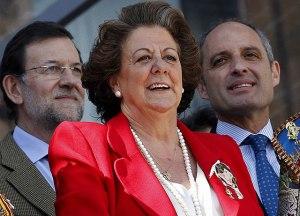 Rita Barberá, alcaldesa de València flanqueada por sus dos amiguitos del alma.