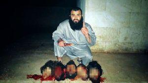 Mohamed Hamduch, posa con las cabezas de sus víctimas.