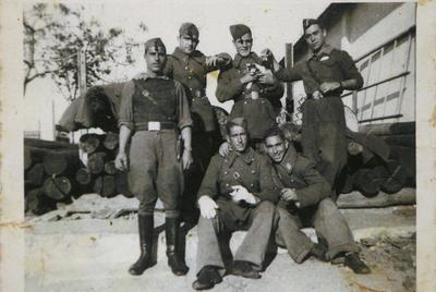 Matías Gimeno Orts, a la izquierda. A la derecha de la imagen, de pie, Juan Bautista García Sales, el soldado muerto. La fotografía fue tomada el día de la jura de bandera, en los cuarteles de Ceuta. / FOTOGRAFÍA CEDIDA POR LA FAMILIA