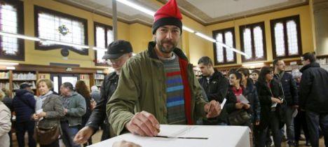 Un ciudadano, con barretina, deposita su papeleta en el Instituto Lluís de Peguera de Manresa (Barcelona)